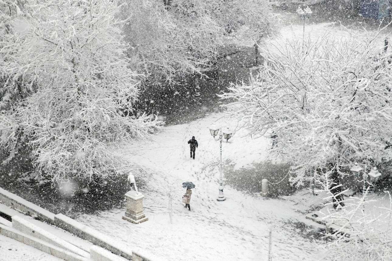 Πλατεία Συντάγματος υπό πυκνή χιονόπτωση το πρωί της Τρίτης