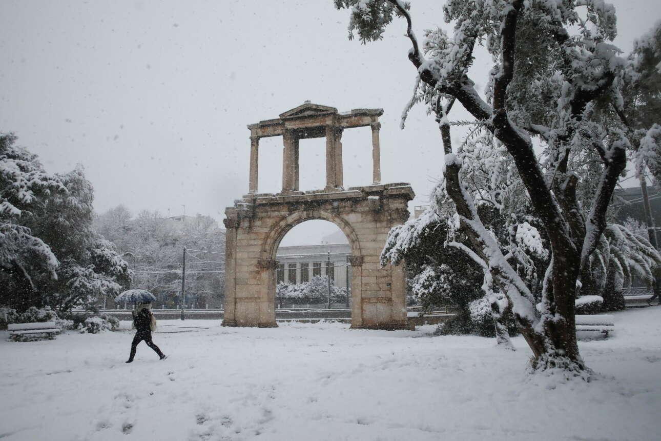Η Πύλη του Αδριανού στο λευκό τοπίο. Πίσω η λεωφόρος Αμαλίας άδεια και στο βάθος μόλις που διακρίνεται ο βράχος της Ακρόπολης