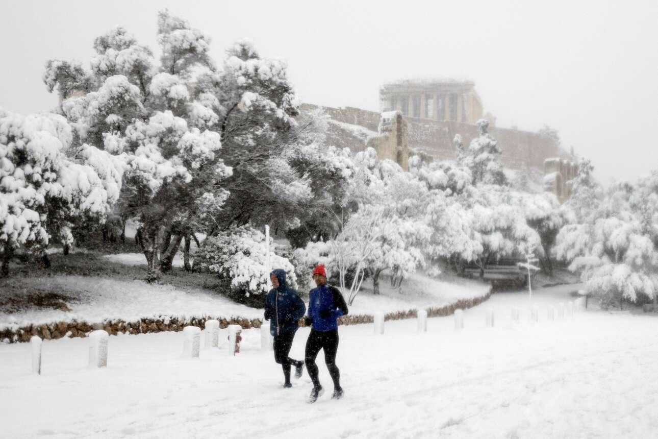 Τζόγκινγκ, προφανώς μετά από αποστολή κωδικού 6 στο 13033, με φόντο τη χιονισμένη Ακρόπολη. Εμπειρία ζωής!