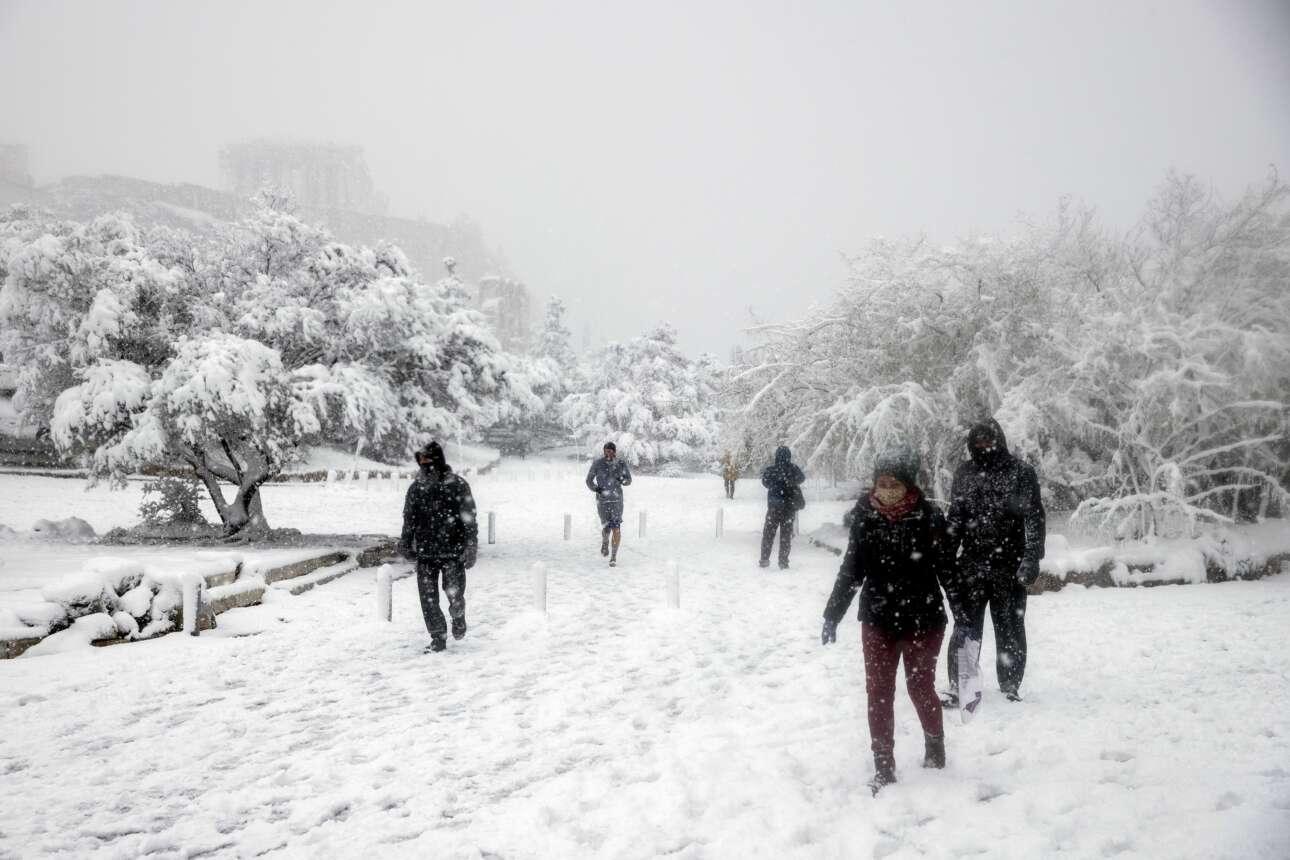 Περίπατος με φόντο την χιονισμένη Ακρόπολη