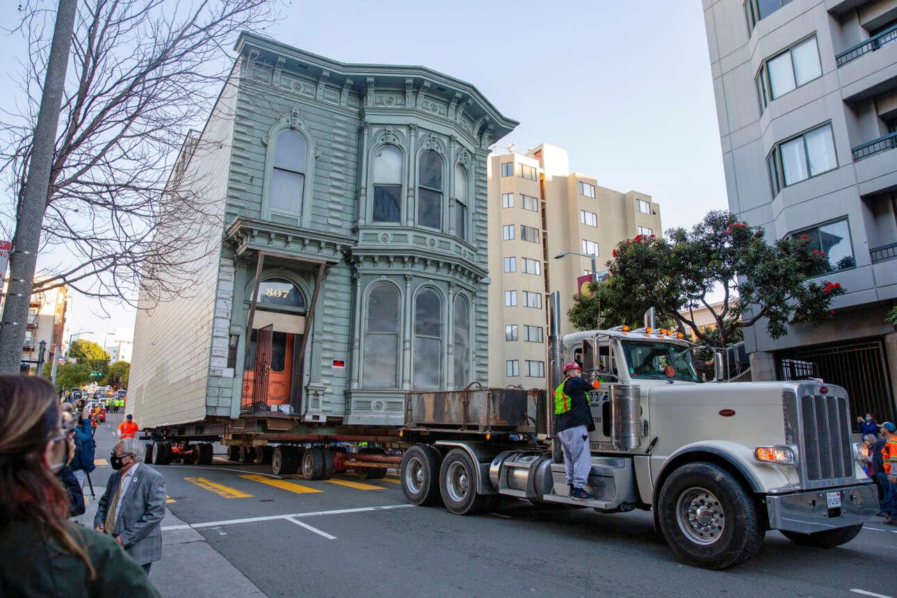 Μεταφορά διώροφης οικίας με περίτεχνα διακοσμητικά στοιχεία και με βάρος 139 χρόνων στα σανίδια της έγινε στο Σαν Φρανσίσκο – για να μην την γκρεμίσουν ο κόπος