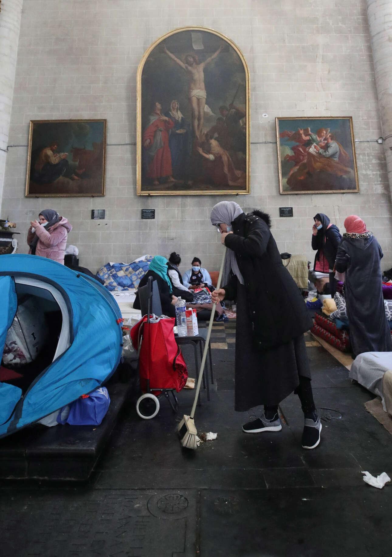Βρυξέλλες. Η εκκλησία έγινε προσωρινό κατάλυμα παράνομων μεταναστών. Οι μουσουλμάνες σκουπίζουν και θυμούνται ότι κάποτε είχαν και αυτές ένα δικό τους σπίτι