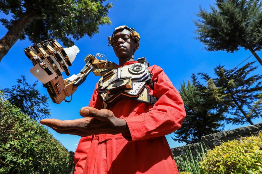 Κένυα. Με τη δέουσα σοβαρότητα, ένας αυτοδίδακτος στην τεχνολογική καινοτομία νεαρός επιδεικνύει το ρομποτικό βραχίονα που κατασκεύασε στο εργαστήρι του