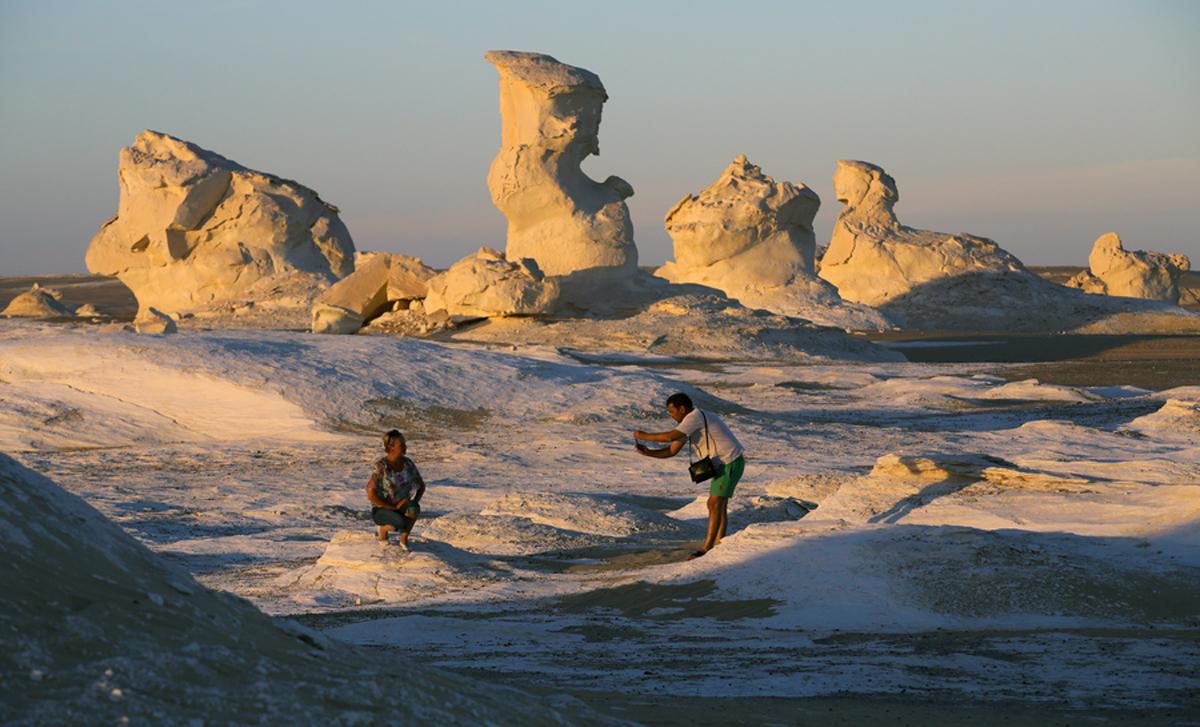 Τουρίστες βγάζουν φωτογραφίες με φόντο τα λευκά, χαρακτηριστικά πετρώματα