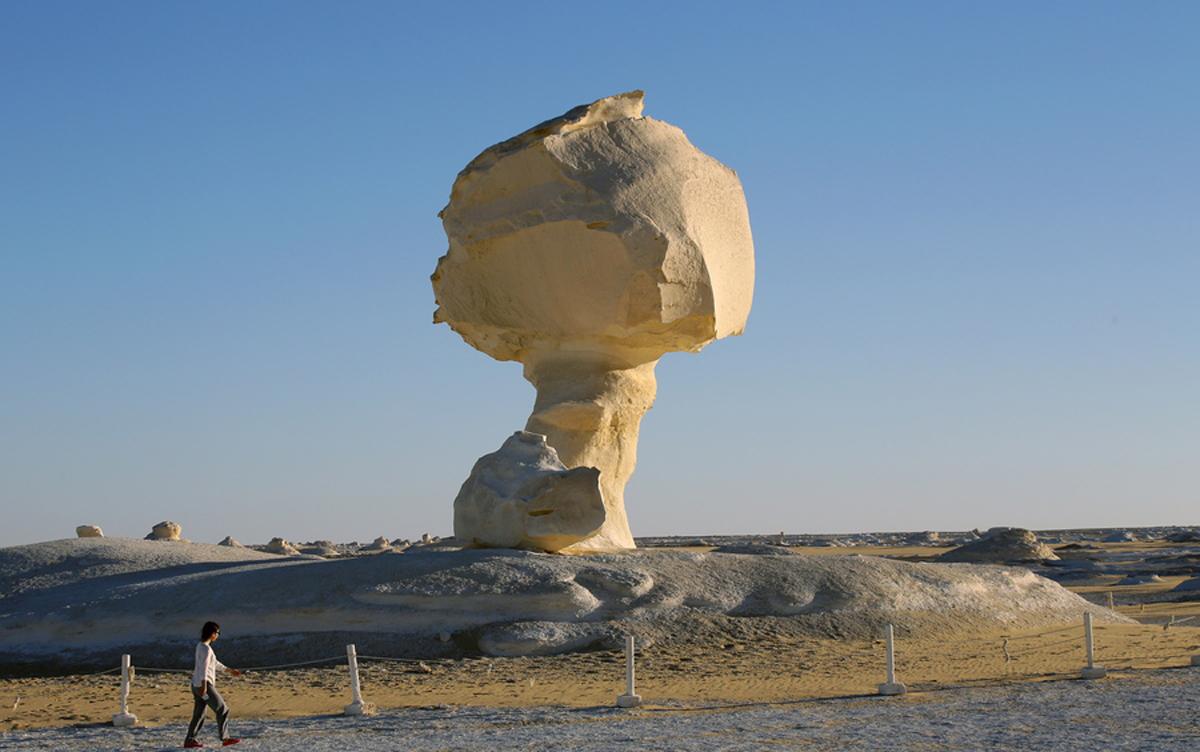 Mία τουρίστρια επισκέπτεται ένα από τα μεγάλα «ίνσελμπεργκ», γνωστό και ως μανιτάρι λόγω του σχήματος του
