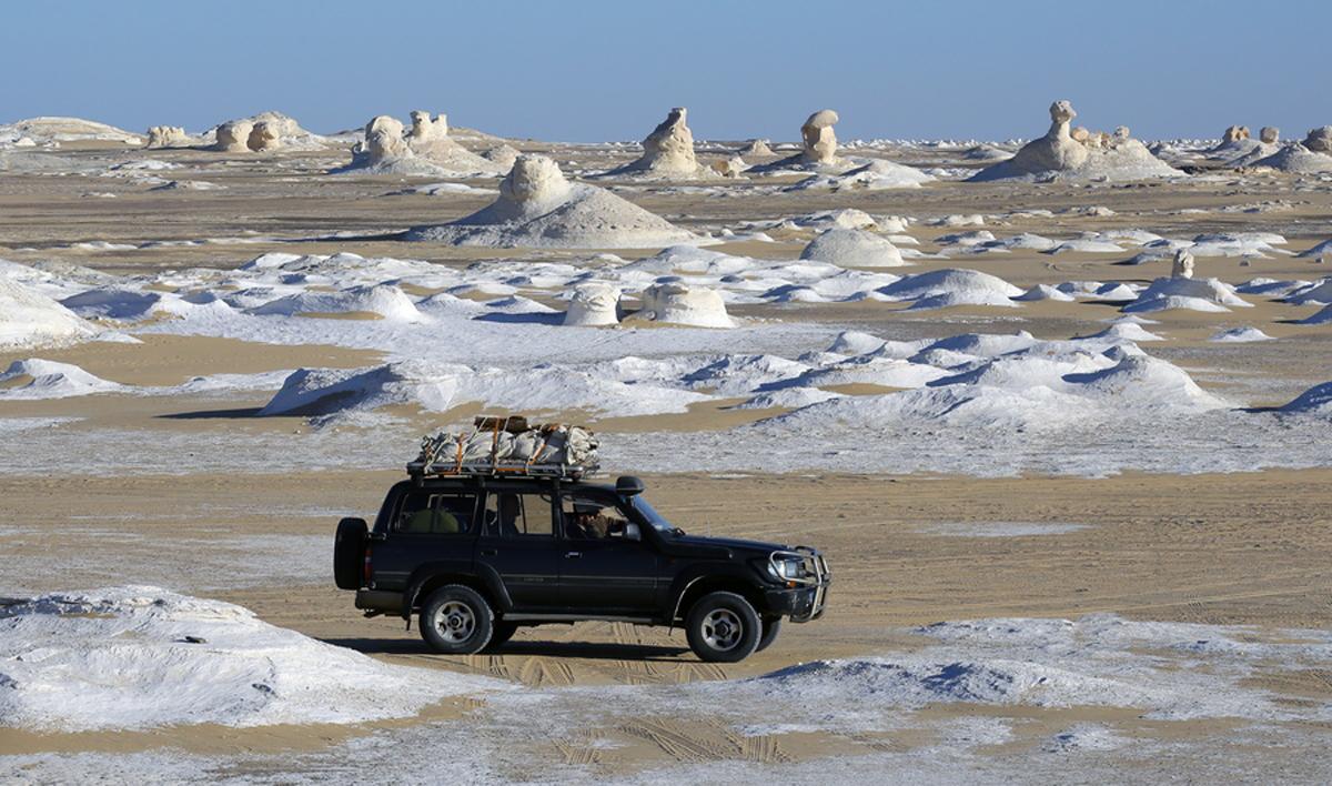 Ενα τζιπ μεταφέρει τουρίστες ανάμεσα στους λοφίσκους. Οι έρημοι της Αιγύπτου προσελκύουν επισκέπτες από όλον τον κόσμο με σκοπό να απολαύσουν ένα σαφάρι στον ηλιόλουστο καιρό