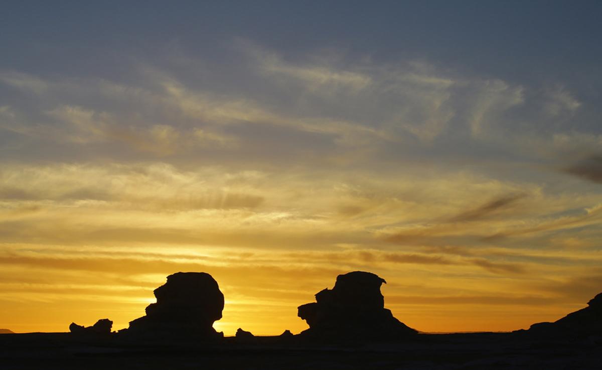 Απόκοσμες σιλουέτες δημιουργούνται με φόντο το ηλιοβασίλεμα