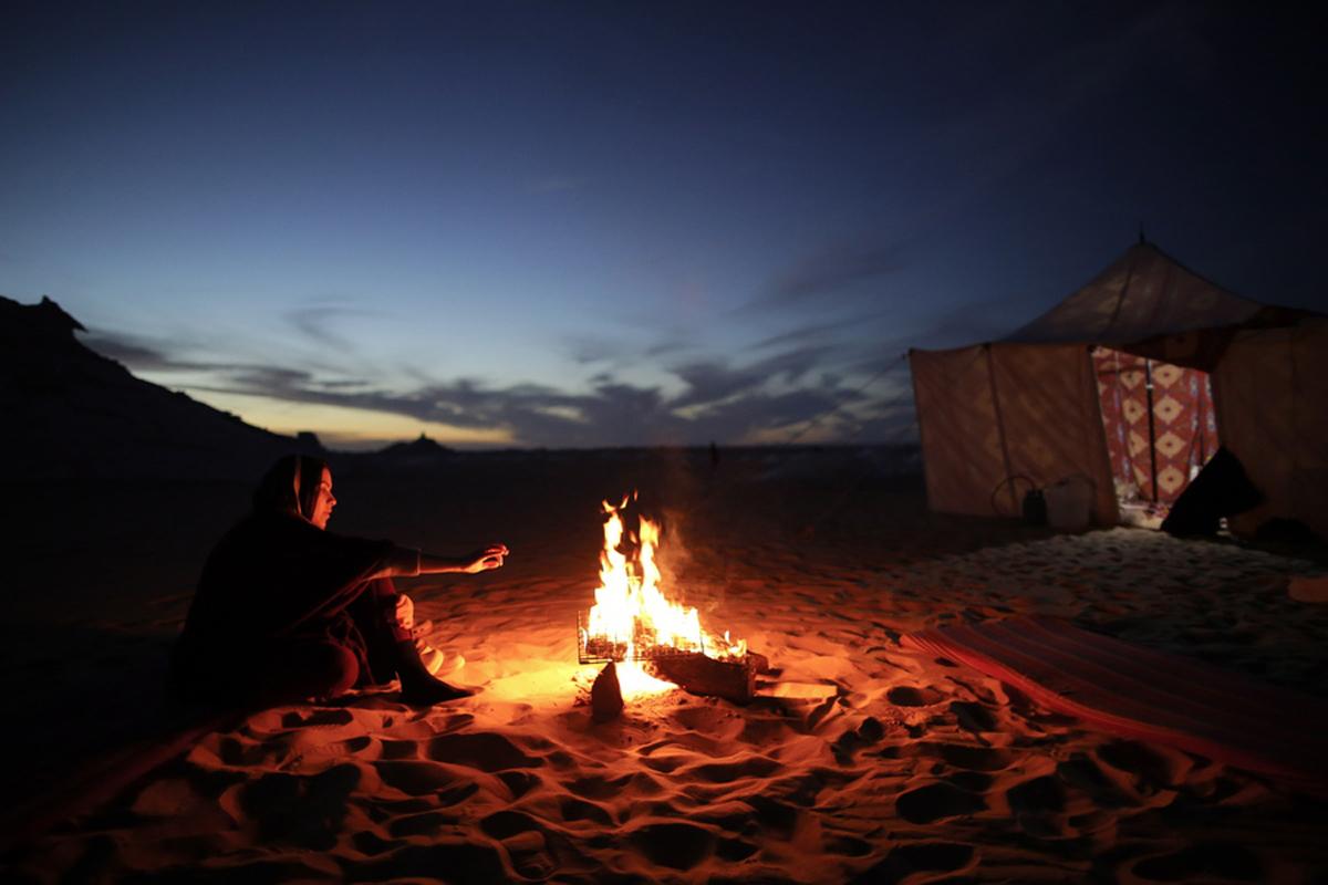 Τουρίστες κατασκηνώνουν κοντά στα βραχώδη εξογκώματα