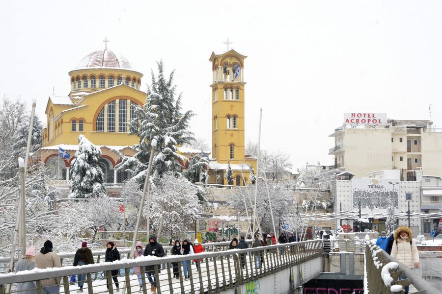 Κόσμος κάνει βόλτα στη χιονισμένη Λάρισα