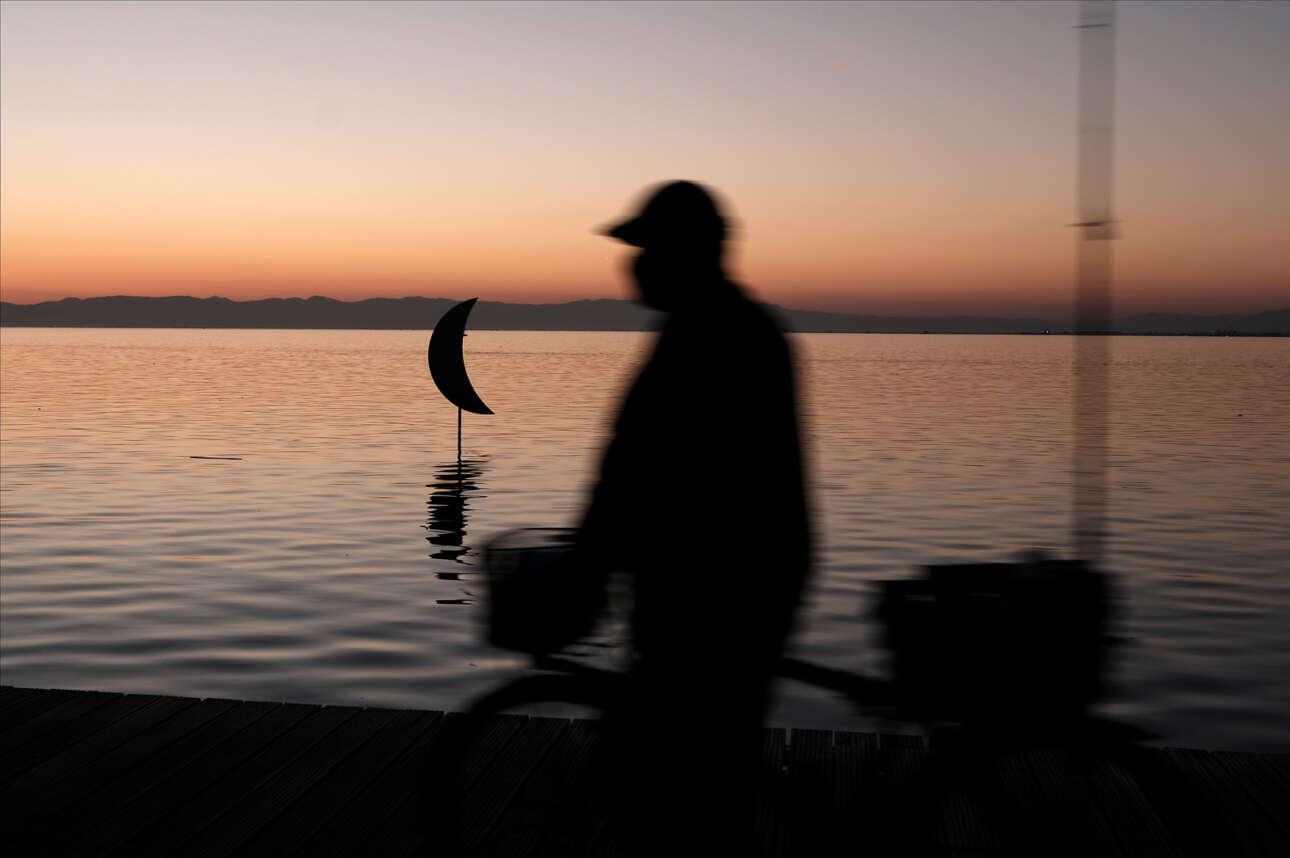 Ελλάς. Απογευματινή βόλτα στην παραλία της Θεσσαλονίκης, ό,τι πρέπει για χαλάρωση. Μα, είναι Σάββατο ή μήπως Κυριακή; Και τι ώρα είναι; Μήπως πλησιάζει κιόλας 6;