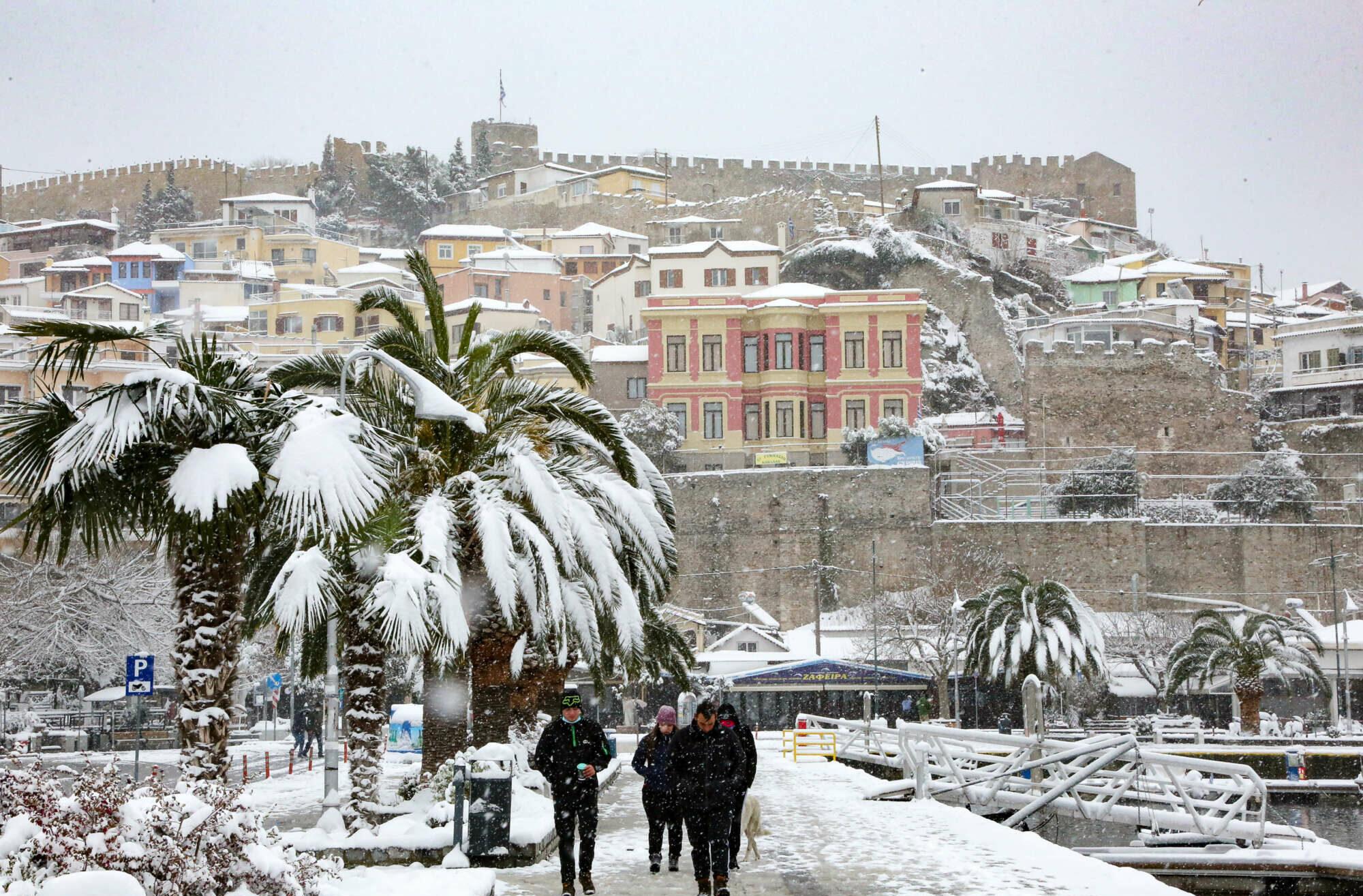 Το κάστρο και το λιμάνι της Καβάλας καλυμμένα από παχύ στρώμα χιονιού