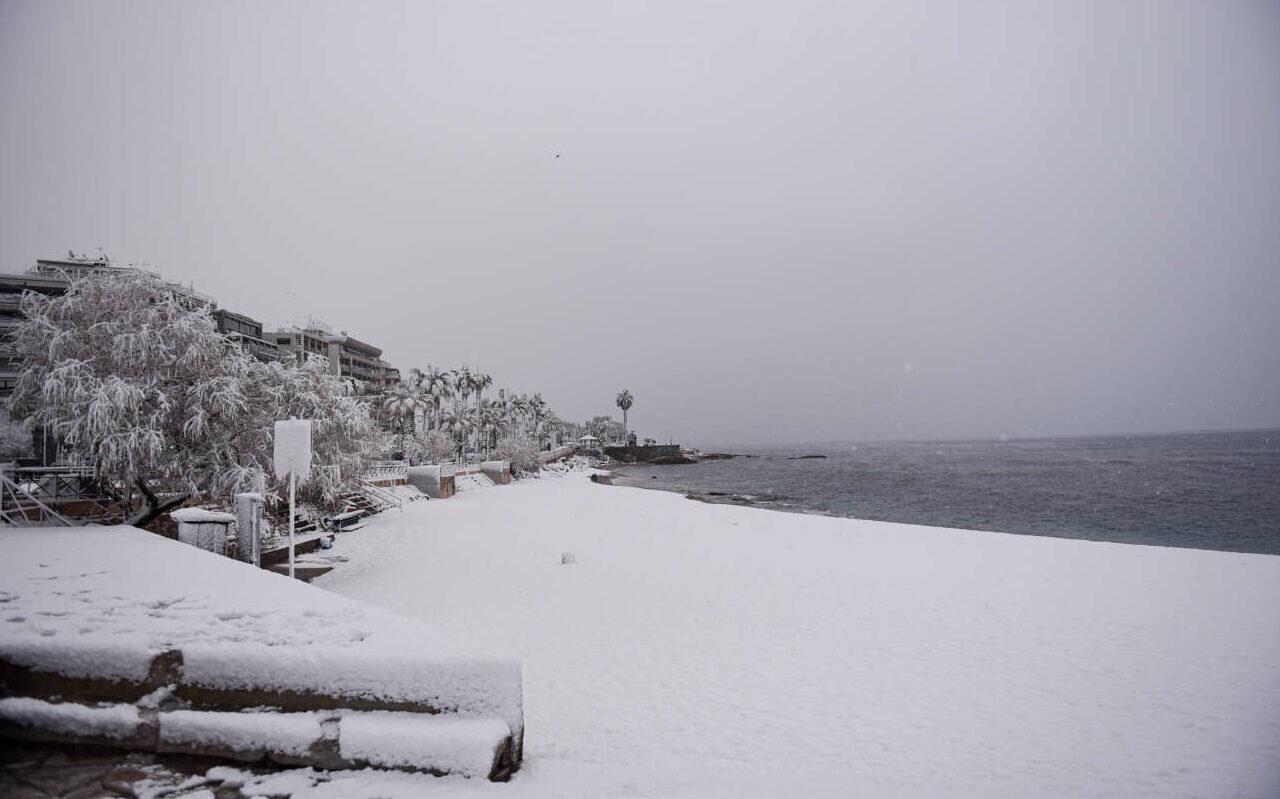 Πρωί 16ης Φεβρουαρίου 2021. Η παραλία του Φλοίσβου απάτητη