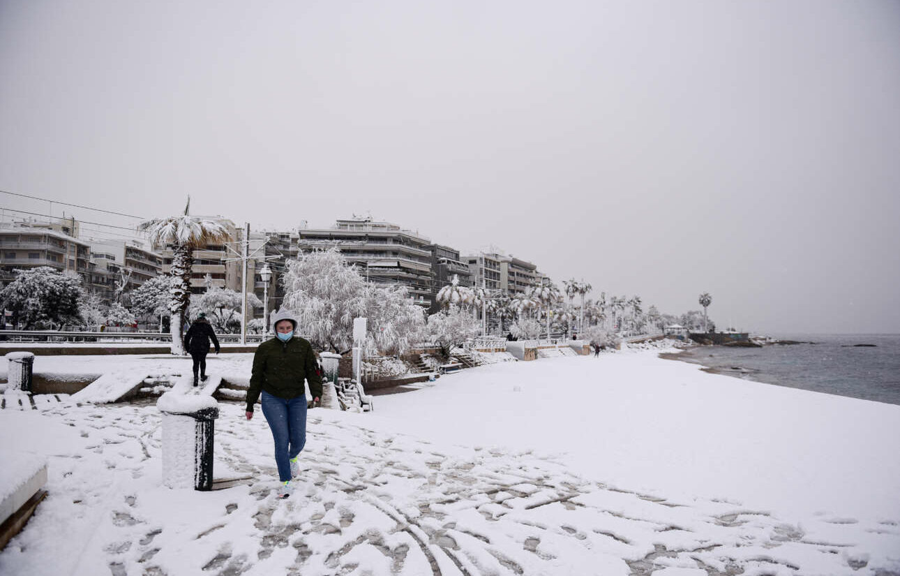 Το χιόνι έφτασε ως την παραλία του Φλοίσβου