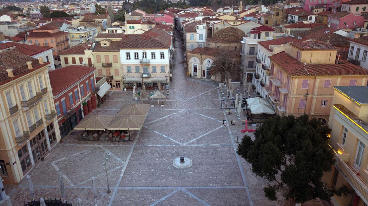 Ερημιά και στην πλατεία του Ναυπλίου την πρώτη ημέρα εφαρμογής των περιοριστικών μέτρων κυκλοφορίας εξαιτίας της κορονοϊκής πανδημίας