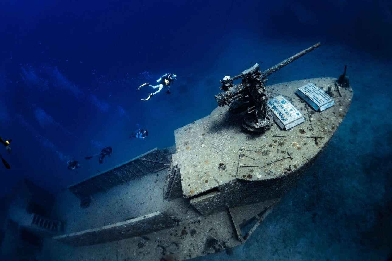 Η φωτογραφία μιας ομάδας δυτών στο διάσημο ναυάγιο του αμερικανικού πολεμικού πλοίου του Β' Παγκοσμίου Πολέμου HTMS Sattakut διακρίθηκε στην κατηγορία Compact Wide Angle του διαγωνισμού. Το ναυάγιο βρίσκεται σε βάθος 30 περίπου μέτρων στο νησί Koh Tao της Ταΐλάνδης που αποτελεί έναν από τους δύο πιο δημοφιλείς προορισμούς καταδύσεων στον κόσμο. Για αυτό και το συγκεκριμένο ναυάγιο θεωρείται αυτό που δέχεται τις περισσότερες επισκέψεις δυτών παγκοσμίως. Παρόλα αυτά κάθε επίσκεψη στο πλοίο αποτελεί μια διαφορετική και ξεχωριστή εμπειρία ακόμη και για όσους δύτες το έχουν επισκεφτεί και άλλες φορές