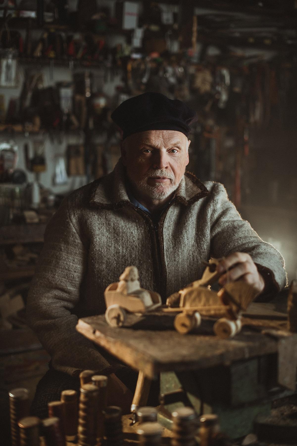 «Παραδοσιακές Τέχνες: Πορτρέτο ενός Κατασκευαστή Παιχνιδιών» ονομάζεται η φωτογραφία που έστειλε στον διαγωνισμό Σίμας Μπερνότας από την Λιθουανία ο  οποίος φωτογράφισε τεχνίτες πολλών ειδικοτήτων που προσπαθούν να διατηρήσουν ζωντανή την παράδοση και την τέχνη που υπηρετούν. Επέλεξε να στείλει στον διαγωνισμό την φωτογραφία ενός παραδοσιακού κατασκευαστή παιχνιδιών κερδίζοντας ένα από τα βραβεία