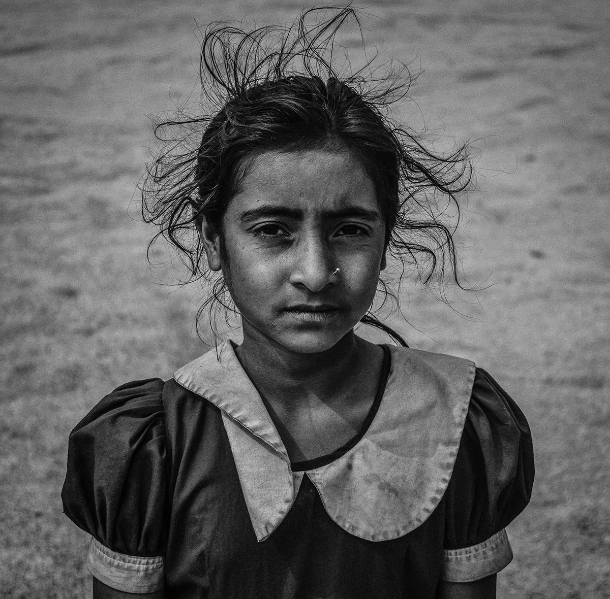 «To όνομα της είναι Τσάντι» ονομάζεται η φωτογραφία ενός νεαρού κοριτσιού που εργάζεται με τους γονείς της σε έναν ορυζώνα στο Μπαγκλαντές έτσι ώστε να συγκεντρωθούν χρήματα όχι μόνο για να ζήσουν αλλά και για να μην σταματήσει το σχολείο.