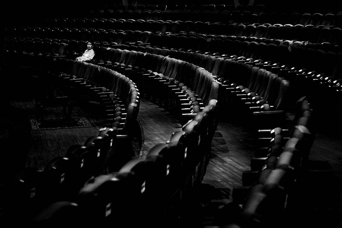 Ένας άνδρας κάθεται ολομόναχος μέσα σε ένα θέατρο στην Καμπότζη που μέχρι την εμφάνιση της πανδημίας ήταν ένας χώρος που γέμιζε από κόσμο που ήθελε να  περάσει λίγη ώρα χαλάρωσης και ψυχαγωγίας. Ο φωτογράφος που ονόμασε την φωτογραφία «Μου Λείπεις» θέλησε να αποτυπώσει με αυτό τον τρόπο τα όσα έχουμε χάσει από την παρουσία του κορονοϊού