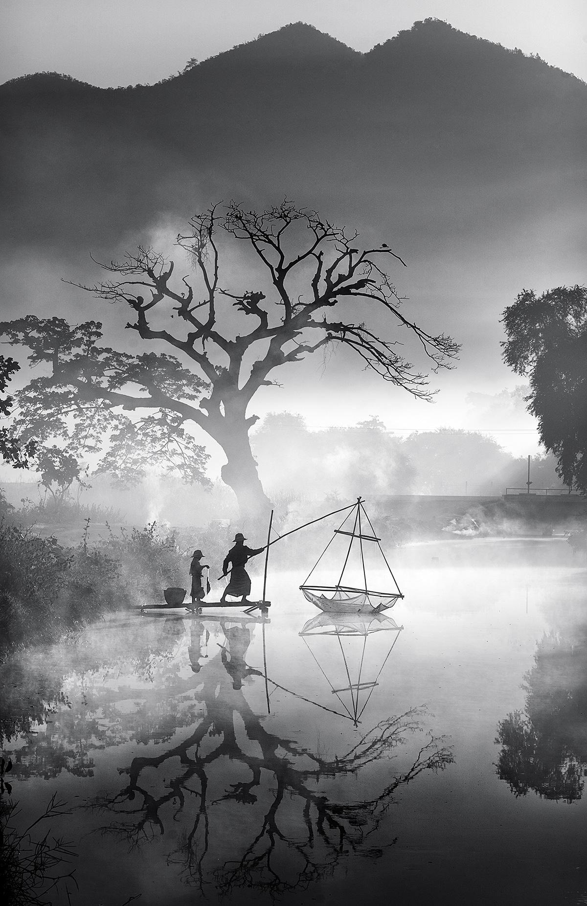 «Ψαρεύοντας στην Πρωινή Ομίχλη» ονομάζεται η φωτογραφία ενός πατέρα να ψαρεύει με τον υιό του ένα χειμωνιάτικο πρωϊνό στην Μιανμάρ όπου τα παιδιά κατά βάση βοηθούν τους γονείς τους στην καθημερινή προσπάθεια να βγάλουν τα προς το ζην