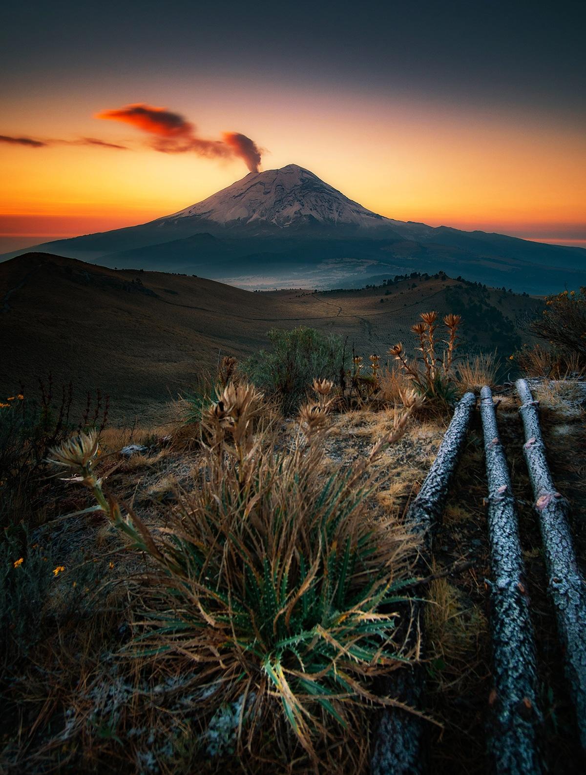 O Ηλιος αρχίζει να ανατέλλει πίσω από το ηφαίστειο Popocatépetl στο Μεξικό σε μια φωτογραφία με τίτλο «Πρώτη Ανάσα»
