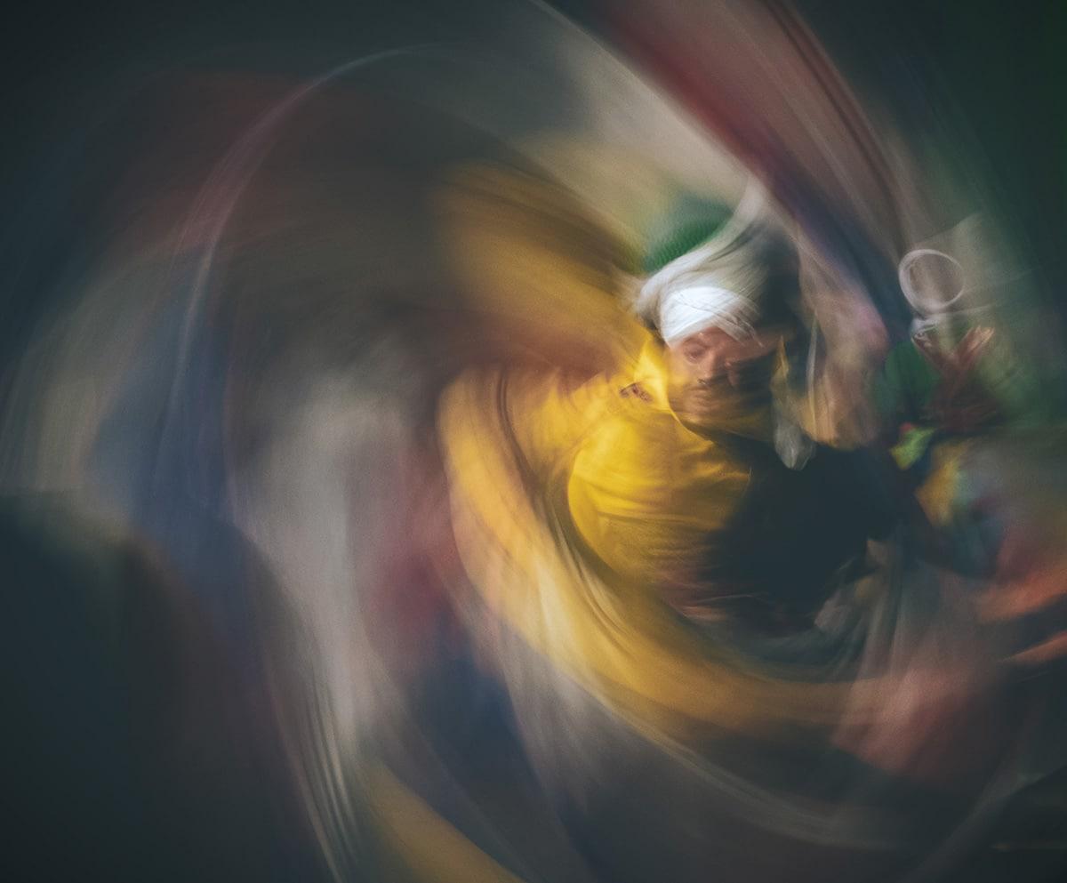 Στην φωτογραφία με τίτλο «The Mevlevi Dancer» εικονίζεται ένας χορευτής Tanoura. Πρόκειται για ένα είδος χορού όπου ο χορευτής κάνει συνεχείς κυκλικές κινήσεις. Ο χορός έχει ρίζες στον σουφισμό και οι εκείνοι που τον χορεύουν πιστεύουν πώς κάθε κίνηση στο Σύμπαν αρχίζει και τελειώνει στο ίδιο σημείο και αυτό αντανακλάται στον χορό με τους συνεχείς κύκλους να αναπαριστούν την κίνηση των πλανητών