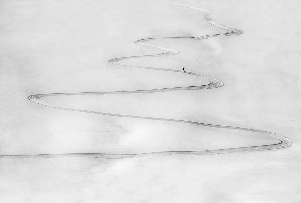 Μία πραγματικά εντυπωσιακή φωτογραφία από την Σλοβενία κέρδισε ένα από τα βραβεία του διαγωνισμού. Ονομάζεται «Στον Δικό του Δρόμο». Ο φωτογράφος  κατέγραψε την εικόνα ενός μοναχικού σκιέρ ενώ προσπαθεί να ανέβει σε έναν χιονισμένο λόφο