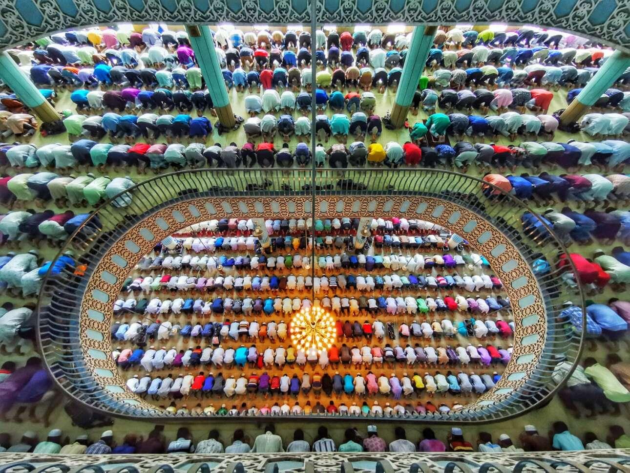 Βραβείο στην κατηγορία Κινητό/Τάμπλετ. Χιλιάδες πιστοί συγκεντρώνονται για να προσευχηθούν μαζί σε ένα από τα μεγαλύτερα τζαμιά του κόσμου στη Ντάκα, στο Μπανγκλαντές