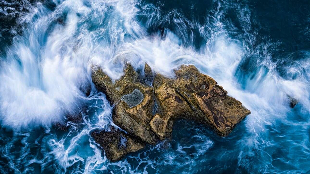 Βραβείο στην κατηγορία Νησί. Ενας βράχος που προεξέχει, χτυπημένος από τα κύματα, σχηματίζει το δικό του μικροσκοπικό νησί ακριβώς έξω από την ακτή της Ταϊβάν