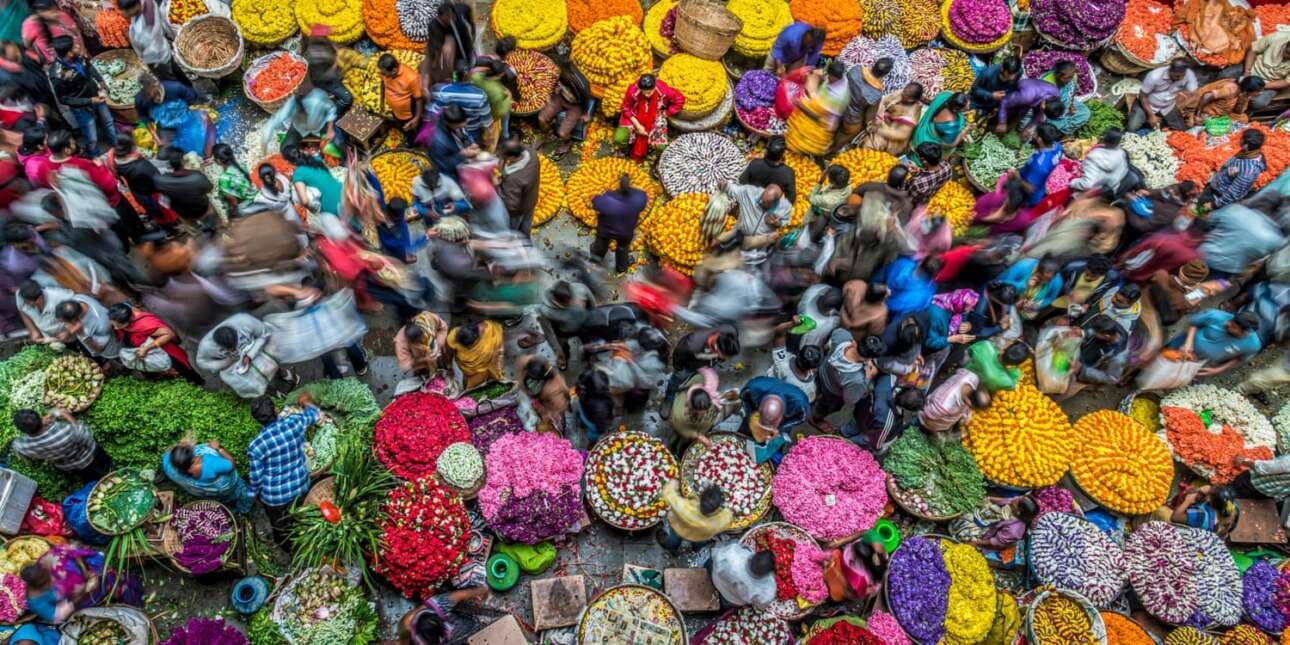 Βραβείο στην κατηγορία Χρώματα της Ζωής. Η πολυσύχναστη, χαοτική αγορά λουλουδιών του Μπανγκαλόρ στην Ινδία σφύζει από κόσμο, χρώματα και κίνηση