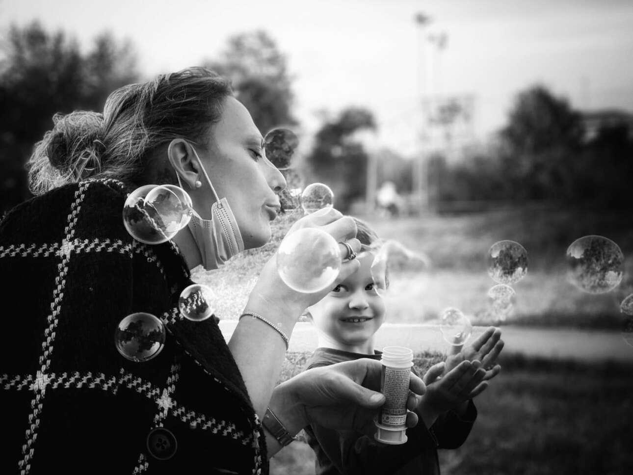 Βραβείο στην κατηγορία Κοντά στο Σπίτι. «Ηταν η αρχή του φθινοπώρου και μια από τις τελευταίες μέρες που έχεις την ευκαιρία να είσαι έξω στο πάρκο για μερικές ώρες. Η φίλη μου Τζούλια και ο γιος της έπαιζαν με σαπουνόφουσκες» γράφει στη συνοδευτική λεζάντα ο ιταλός φωτογράφος