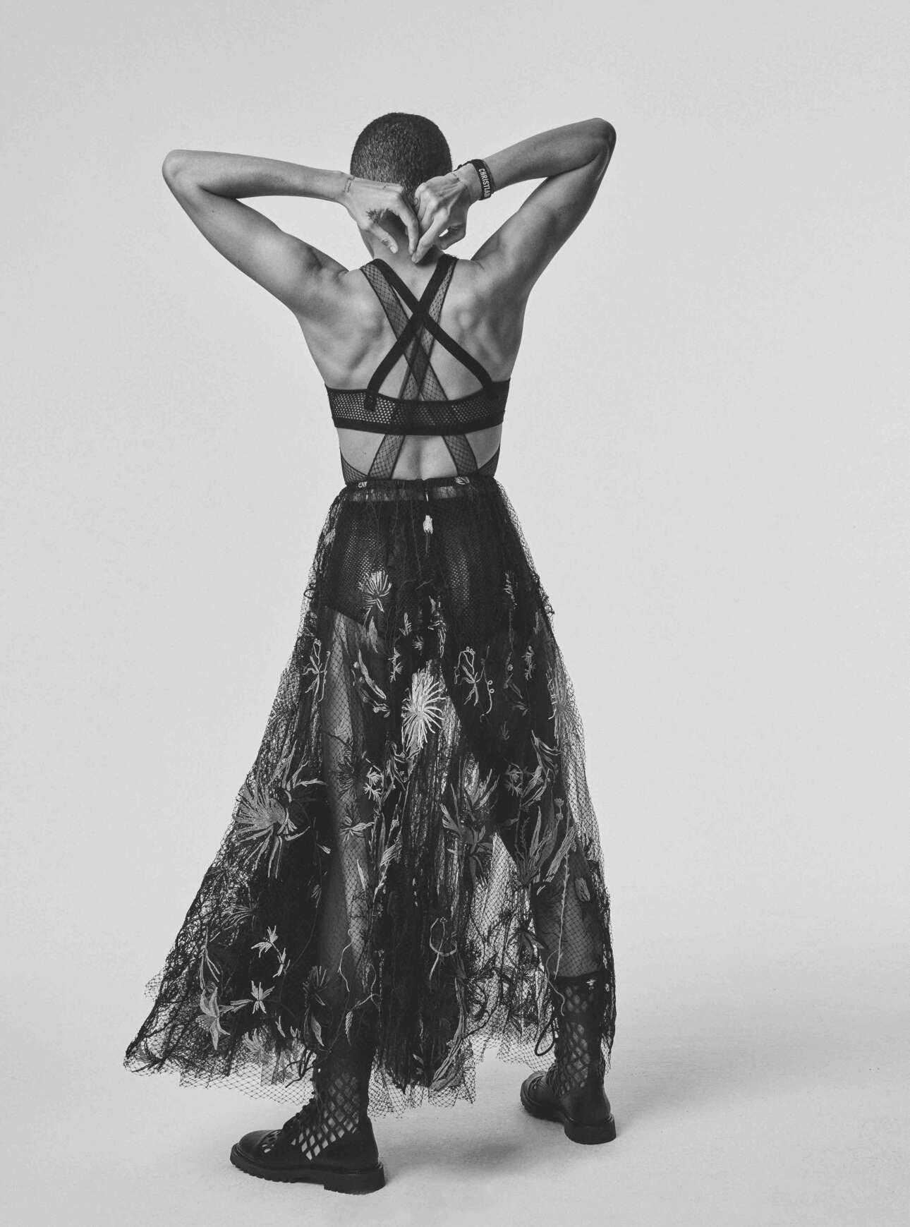 To μοντέλο Adwoa Aboah με Dior Ανοιξη-Καλοκαίρι 2020. Η φωτογραφία δημοσιεύτηκε για πρώτη φορά στη Vogue Γερμανίας
