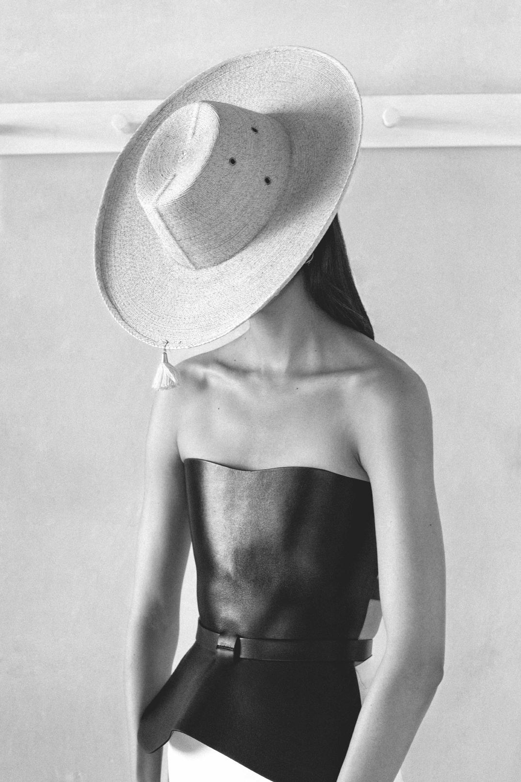 Η Σάρα Εσπάρτζα με Dior cruise 2019, φωτογραφημένη από το Φαμπιόλα Ζαμόρα