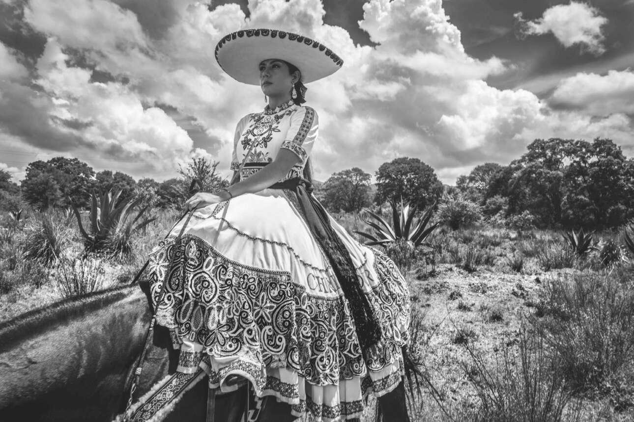 Μέλος της μεξικανικής Escaramuzas Charra -μία ομάδα ιππασίας που κάνει χορογραφημένους ελιγμούς με τα άλογα τους- ποζάρει με ένα εντυπωσιακό φόρεμα από τη συλλογή Dior cruise 2019