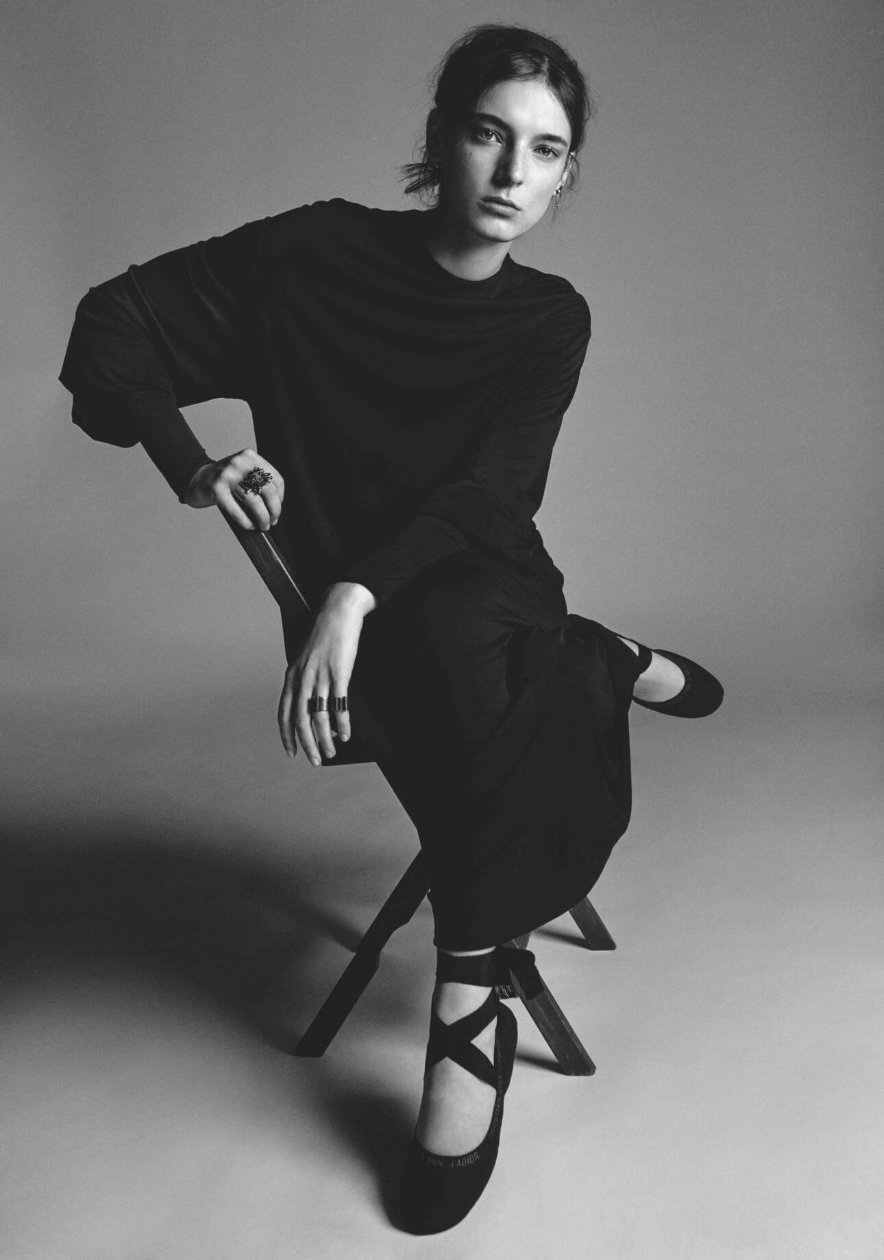 Η Ανσλεϊ Γκιουλέλμι με Dior Ανοιξη-Καλοκαίρι 2019 σε μία υπέροχη ασπρόμαυρη φωτογραφία