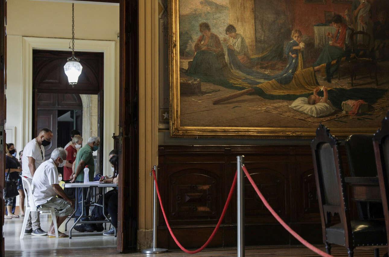 Στο Ρίο ντε Τζανέιρο της Βραζιλίας, ηλικιωμένοι πολίτες φτάνουν στο Μουσείο της Δημοκρατίας στο Ανάκτορο Κατέτε για να κάνουν το κινεζικό εμβόλιο CoronaVac