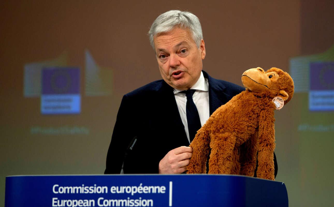 Μία επικίνδυνη μαϊμού κρατάει ο επίτροπος Ντιντιέ Ρέιντερς. Είναι παιχνίδι που μπορεί να βλάψει τα παιδιά, αλλά πλέον υπάρχει ευρωπαϊκό σύστημα προειδοποίησης για τέτοια προϊόντα