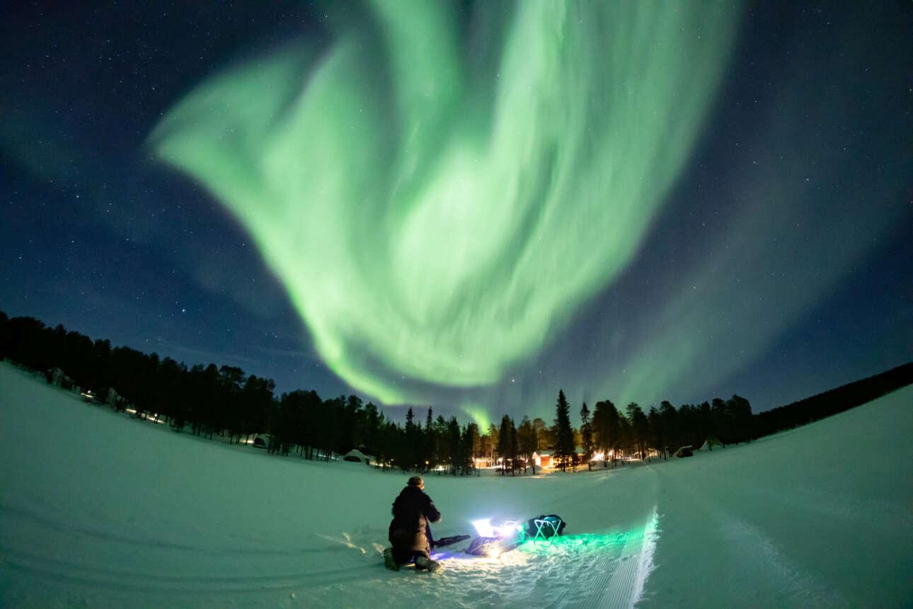 Φάσματα του Βορείου Σέλαος, παραμυθένια, πάνω από το παγωμένο λαπωνικό χωριό της Φινλανδίας