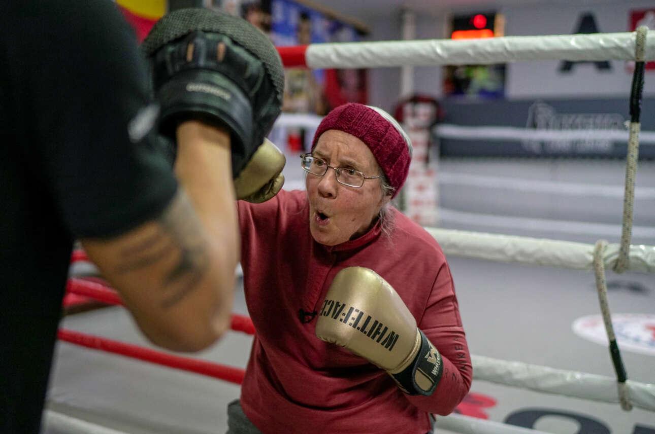 Η κυρία έχει ολλανδικό επώνυμο, είναι 75 ετών και πάσχει από την νόσο του Πάρκινσον. Αγνωστον πώς βρέθηκε στην Τουρκία, όπου τη βλέπετε να εκτελεί πυγμαχικές ασκήσεις