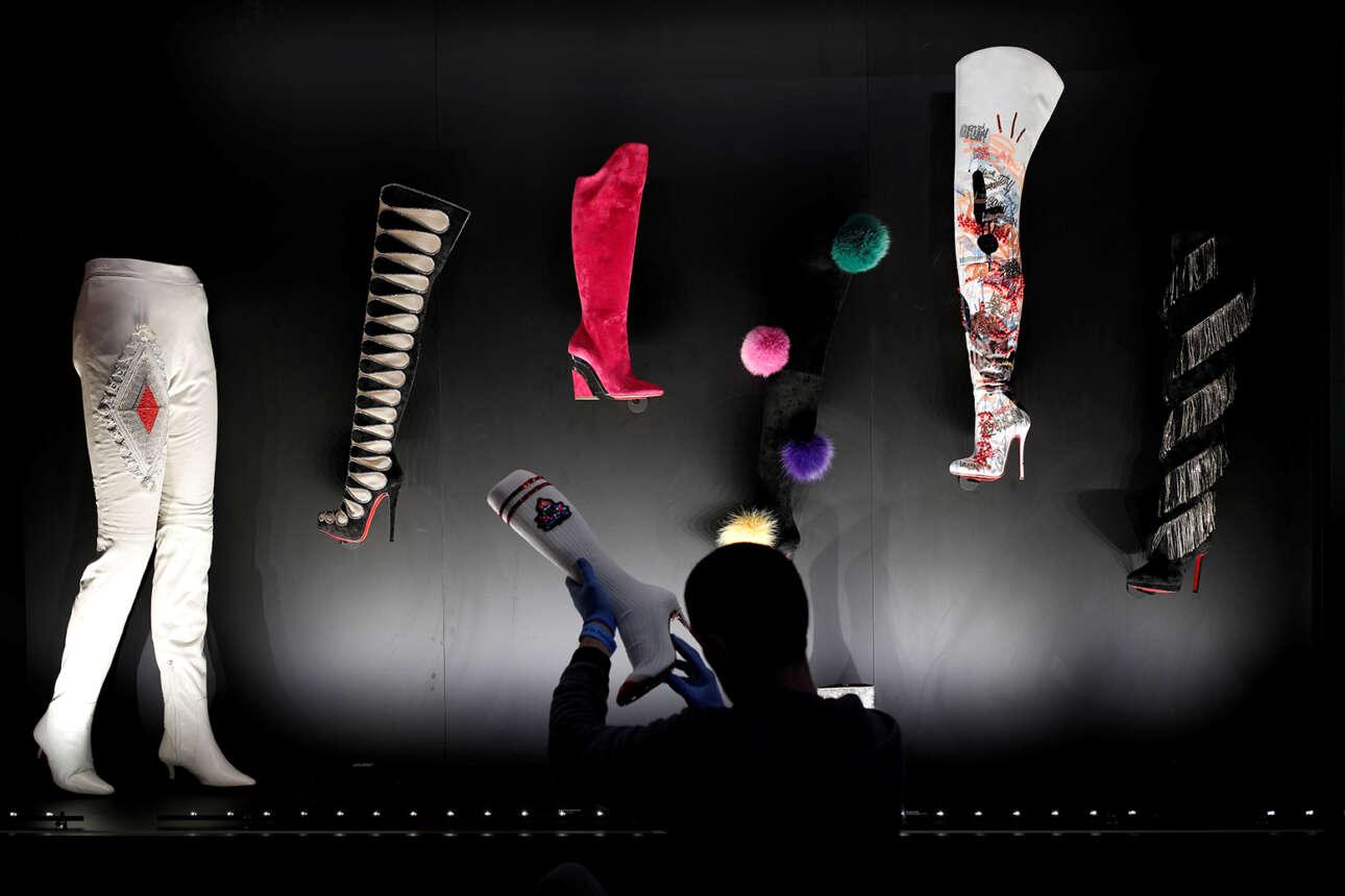 Παρίσι. Ενας τελευταίος έλεγχος στις μπότες που σχεδίασε ο Γαλλοαιγύπτιος Κριστιάν Λουμπουτέν προτού αρχίσει η επίδειξη