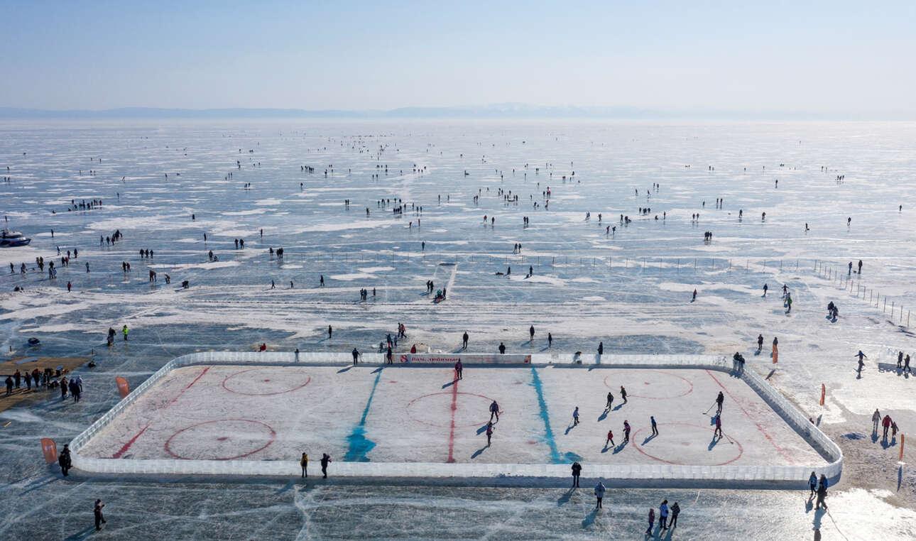 Πανοραμική άποψη της παγωμένης Βαϊκάλης, σε φωτό από drone: παιχνίδια στον πάγο και στο γήπεδο του χόκεϊ