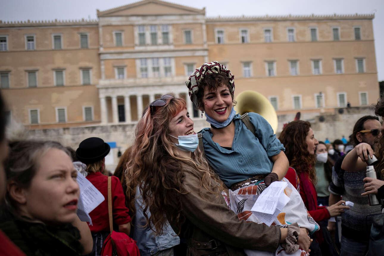 Εορτασμός της Παγκόσμιας Ημέρας της Γυναίκας μπροστά στον Αγνωστο Στρατιώτη: διαμαρτυρία και χάπενινγκ
