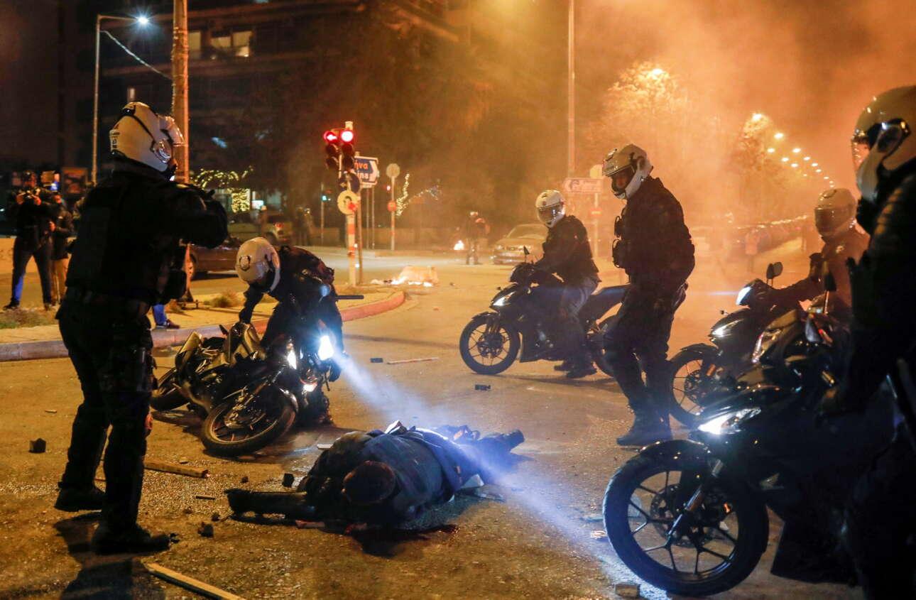 Ο αστυνομικός πεσμένος στον οδόστρωμα στην πλατεία Χρυσοστόμου Σμύρνης