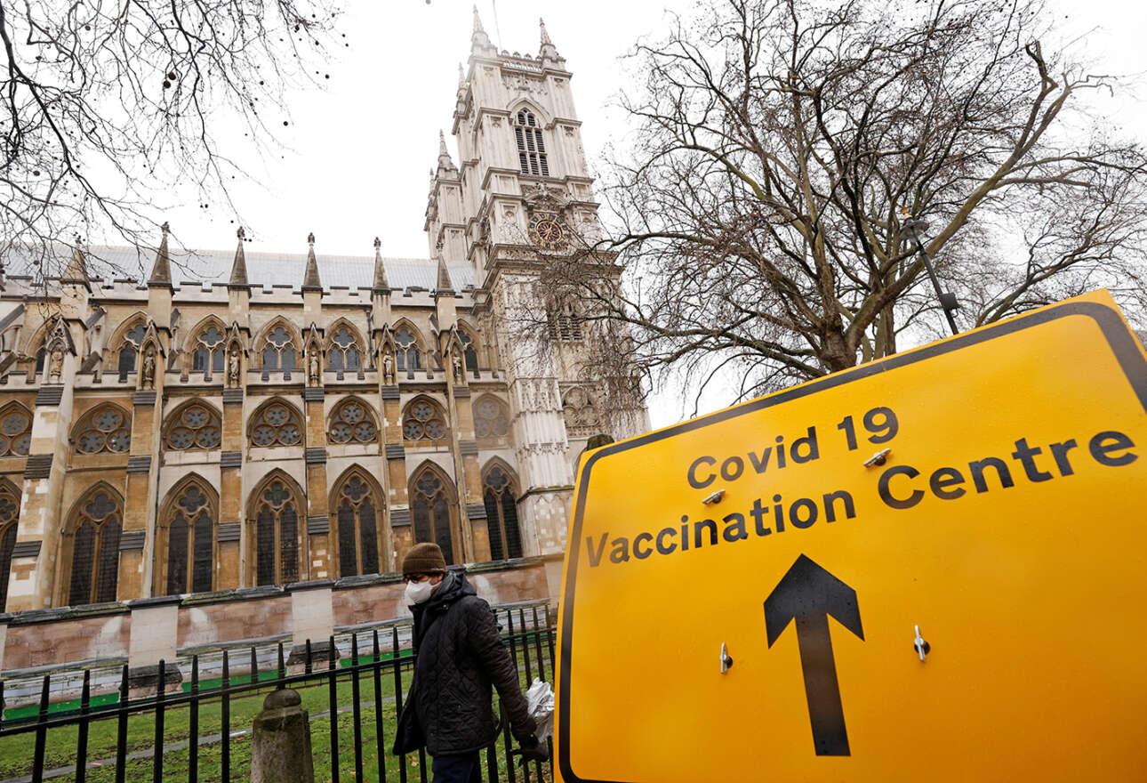Στο Λονδίνο, το Αββαείο του Γουεστμίνστερ υποδέχεται πολίτες που πρόκειται να εμβολιαστούν στο εμβολιαστικό κέντρο το οποίο δημιουργήθηκε στη διάσημη γοτθική εκκλησία