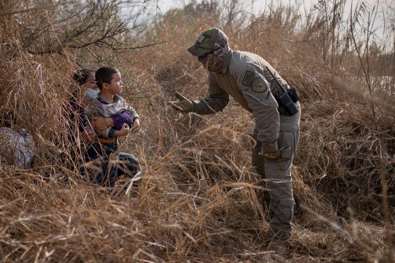Ποταμός Ρίο Γκράντε, στα σύνορα ΗΠΑ και Μεξικού. Ο τεξανός συνοριοφύλακας εντοπίζει στα βάτα μετανάστες από την Ονδούρα, με μικρά παιδιά