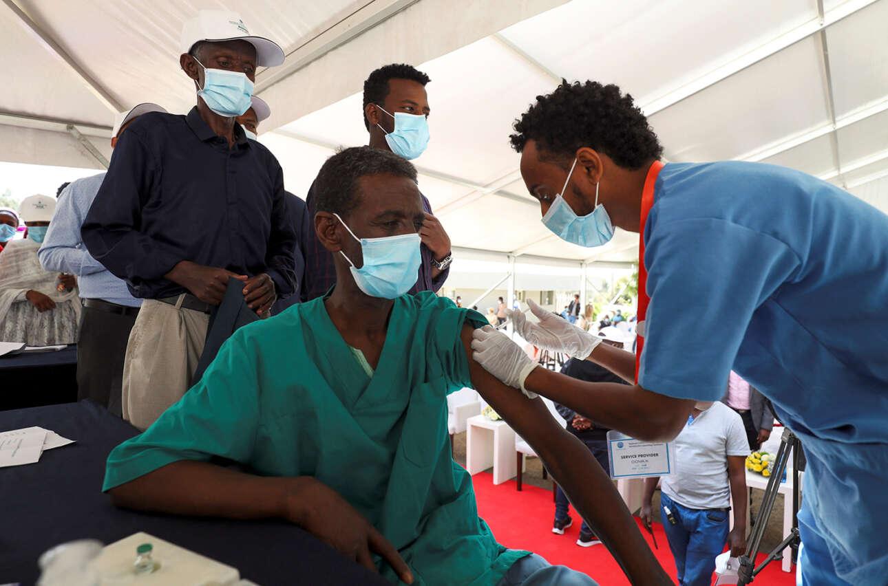 Στην Αιθιοπία ένας άνδρας λαμβάνει το εμβόλιο AstraZeneca της Οξφόρδης στο πλαίσιο του προγράμματος COVAX κατά της Covid-19 στο Γενικό Νοσοκομείο Eka Kotebe της Αντίς Αμπέμπα