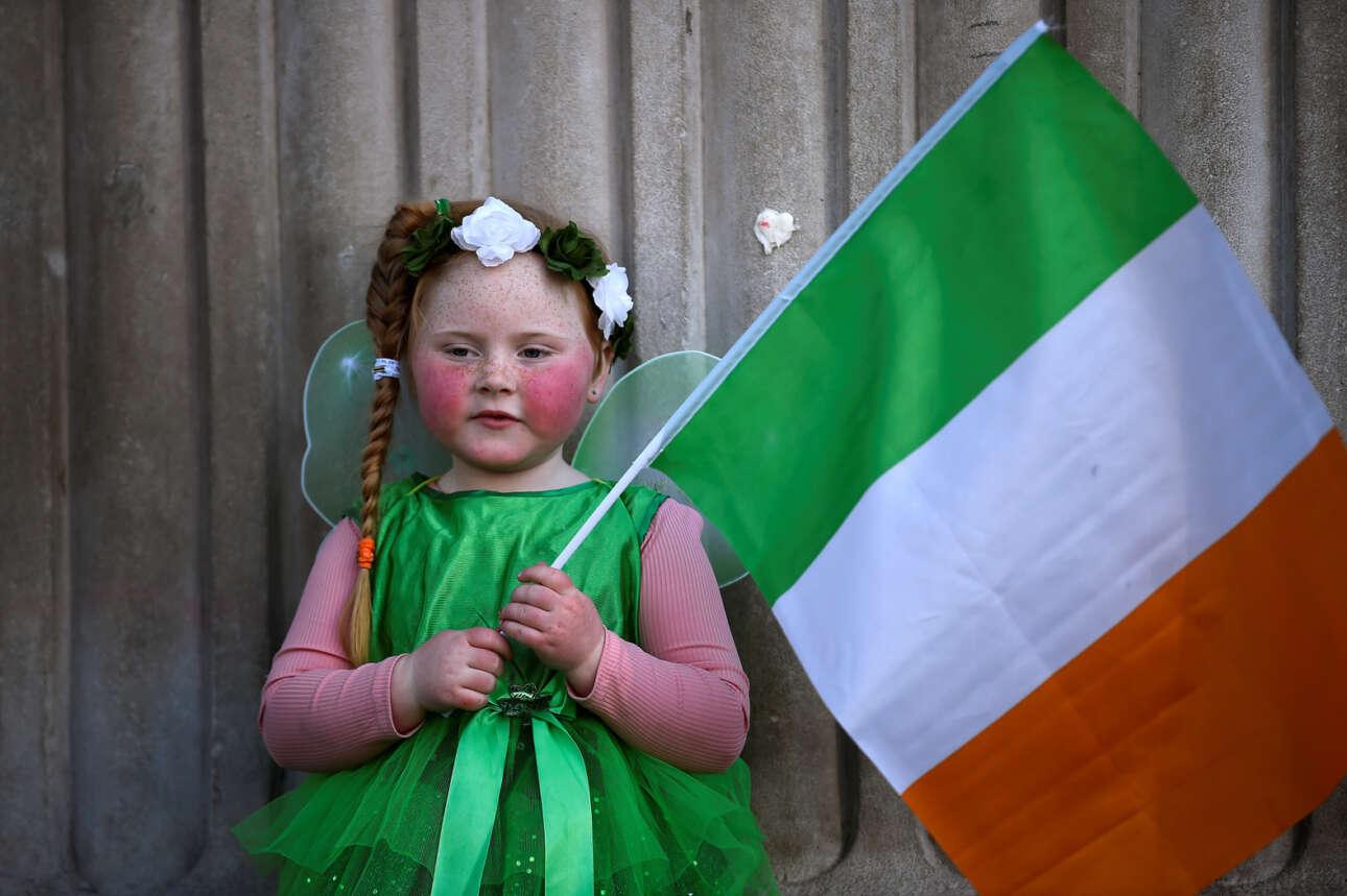 Χρόνια Πολλά! Μόλις πέντε Μαΐων δεσποινίς η Γουίλου Ο'Μπράιαν και ποζάρει του Αγίου Πατρικίου ανήμερα με το καταπράσινο φορεματάκι της και με την τρίχρωμη σημαία αγκαλιά – για τη δόξα της Ιρλανδίας