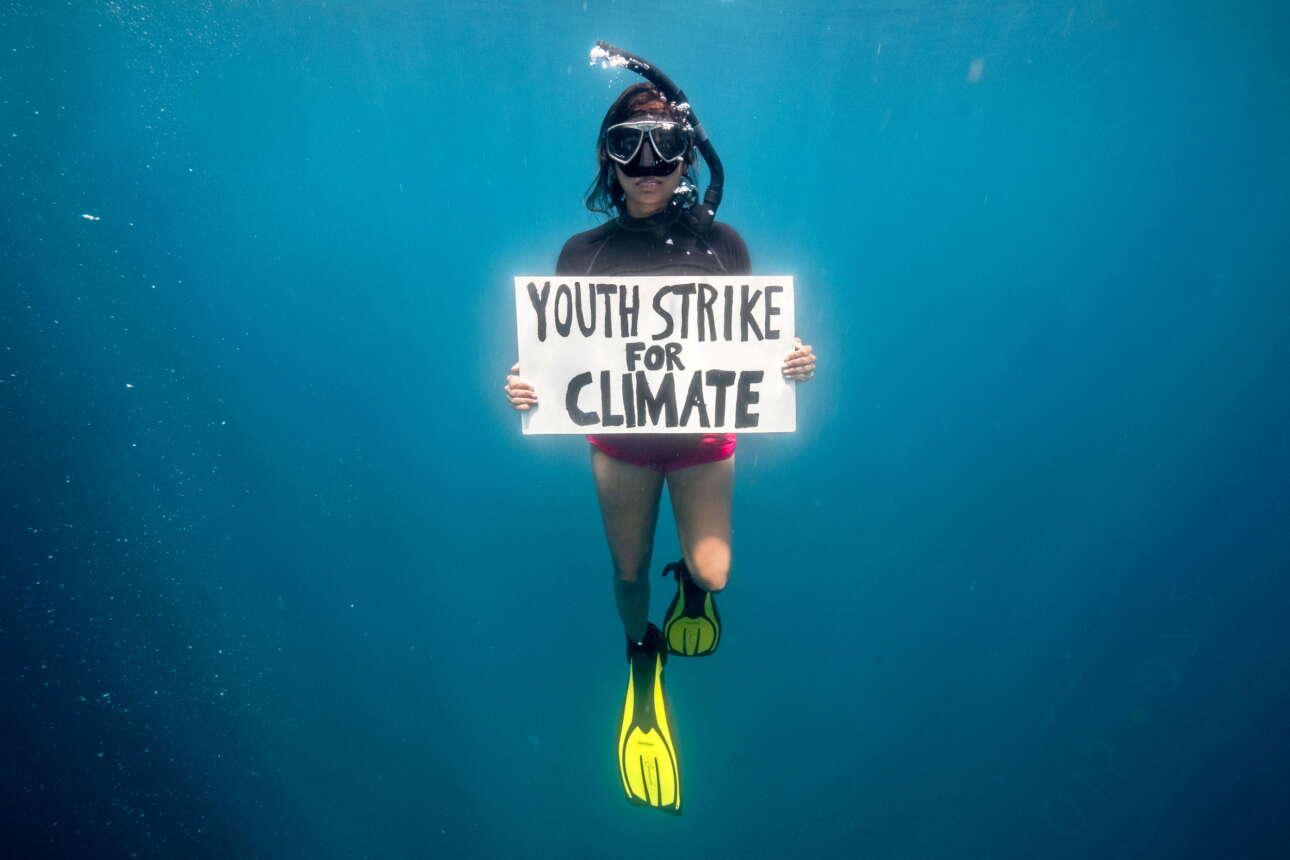 Ακτιβίστρια. Υπέρ του κλίματος όπως βλέπετε, αλλά και υπέρ των θαλασσίων βιοτόπων του Ινδικού Ωκεανού. Είναι επιστήμων, 24 χρόνων, από τον Μαυρίκιο, και αντεπεξέρχεται με σθένος στη δυσκολία της υποβρύχιας διαμαρτυρίας