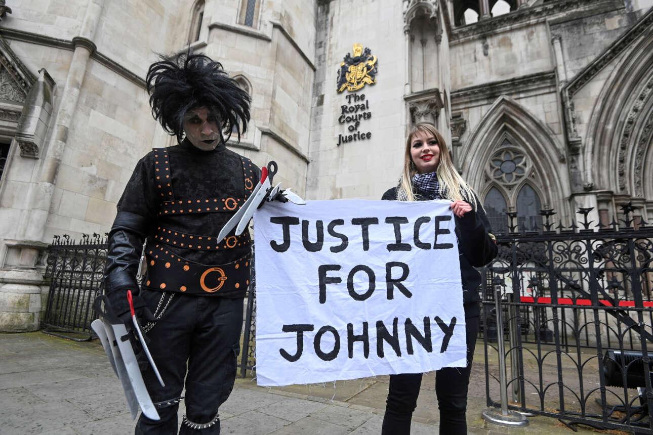 Ψαλιδοχέρης. Οπαδός του Τζόνι Ντεπ μετά παραστάτιδος συμπαρίσταται στον αμερικανό ηθοποιό έξω από το λονδρέζικο δικαστήριο όπου συνεχίζονται οι μάχες του με το ταμπλόιντ Sun για δημοσιεύματα που ο σταρ θεωρεί δυσφημιστικά
