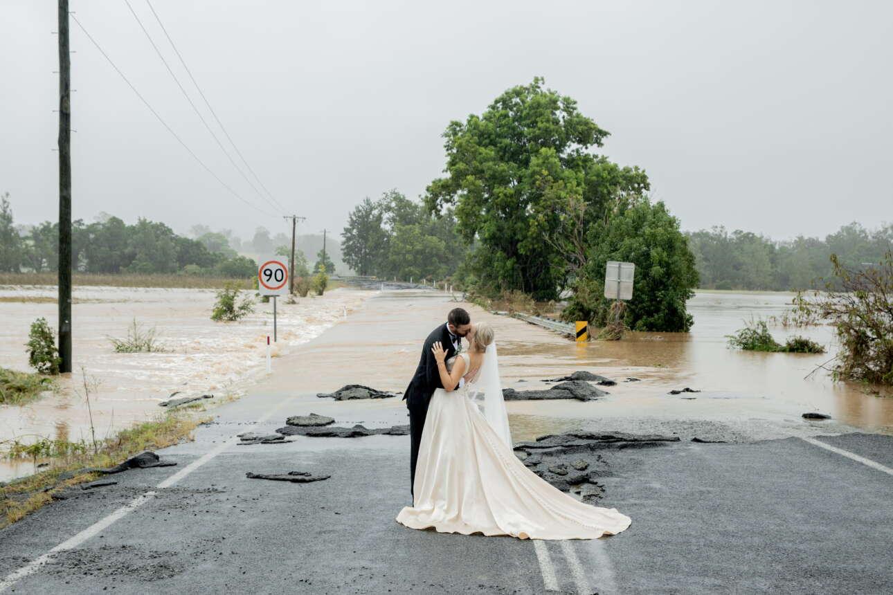 Αυστραλία. Πλημμύρισε ο δρόμος, έγιναν ζημιές, χίμηξε και η λάσπη. Αλλά άμα υπάρχει ελικόπτερο να σε πάει στην εκκλησία και οι καρδιές είναι ξέχειλες από έρωτα, ε, δεν τρέχει τίποτε