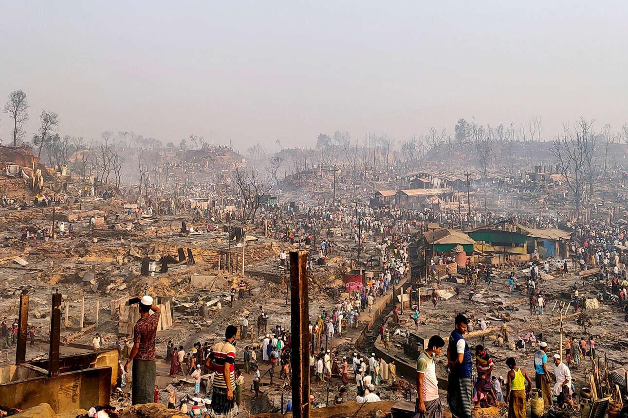 Μπαγκλαντές. Ο,τι απέμεινε από στρατόπεδο προσφύγων Ροχίνγκια έπειτα από μεγάλη πυρκαγιά